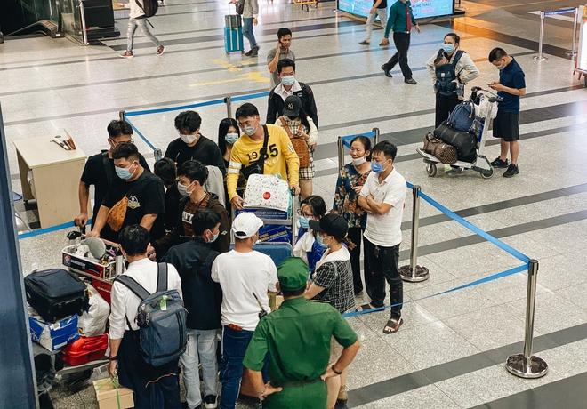 Khổ như hành khách ở Tân Sơn Nhất: Dang nắng mang vác hành lý ra đường đón xe công nghệ - Ảnh 1.