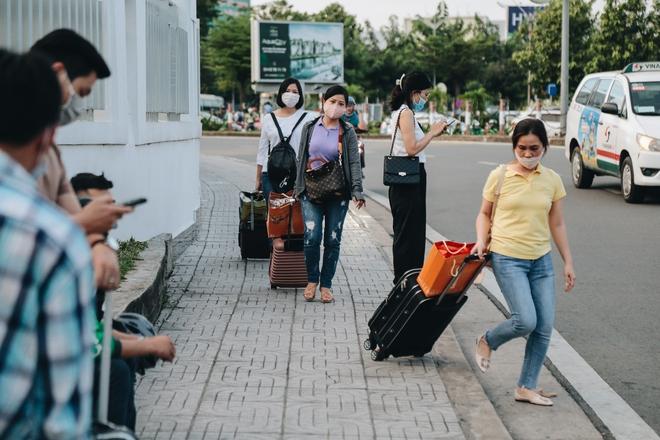 Khổ như hành khách ở Tân Sơn Nhất: Dang nắng mang vác hành lý ra đường đón xe công nghệ - Ảnh 6.