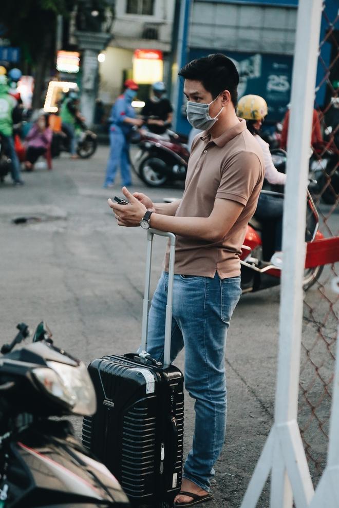 Khổ như hành khách ở Tân Sơn Nhất: Dang nắng mang vác hành lý ra đường đón xe công nghệ - Ảnh 13.