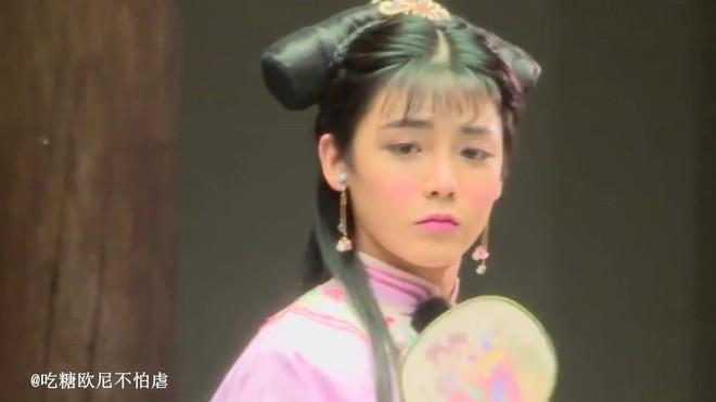Hầu Minh Hạo giả làm nữ sinh, độn vòng 1 ngồn ngộn đến bung cúc áo ở Thợ Săn Tâm Trạch - ảnh 8