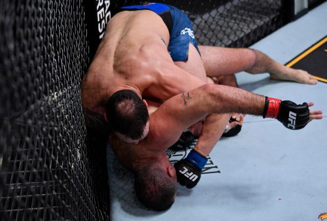 Nhà cựu vô địch MMA bỗng phải nhận trận thua thất vọng, nhiều người trách móc cho đến khi nhìn thấy chấn thương kinh hoàng trên tay anh này - ảnh 1