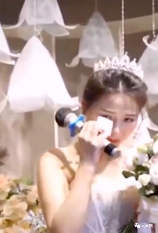 Chú rể nhận cuộc gọi khẩn cấp trước hôn lễ, đẩy cô dâu vào tình huống bi hài tại sảnh cưới khiến quan khách xúc động - ảnh 2