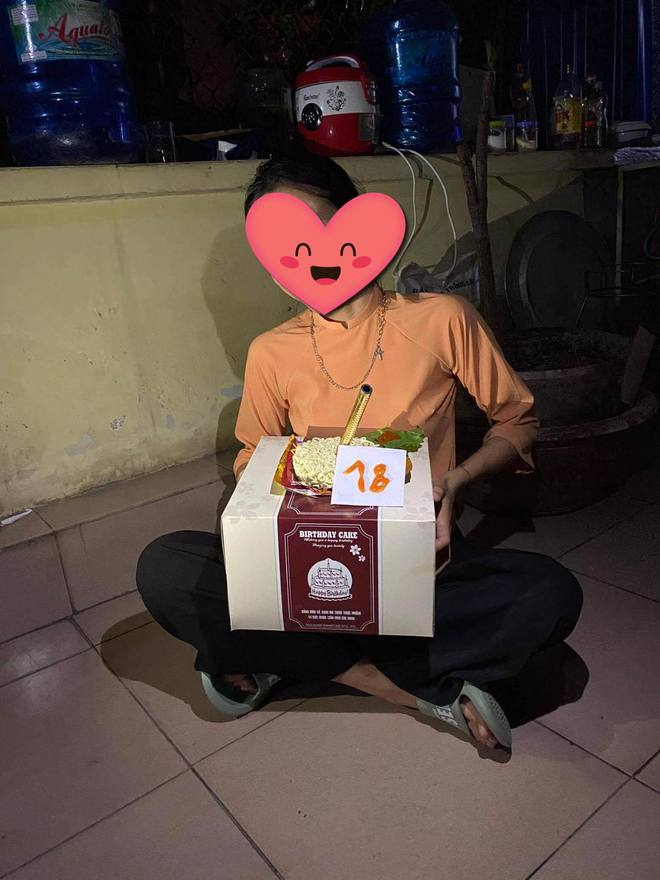 Nữ sinh được bạn tổ chức sinh nhật, nhìn hộp bánh to đùng nhưng thứ nằm bên trong ai cũng ngã ngửa - ảnh 2