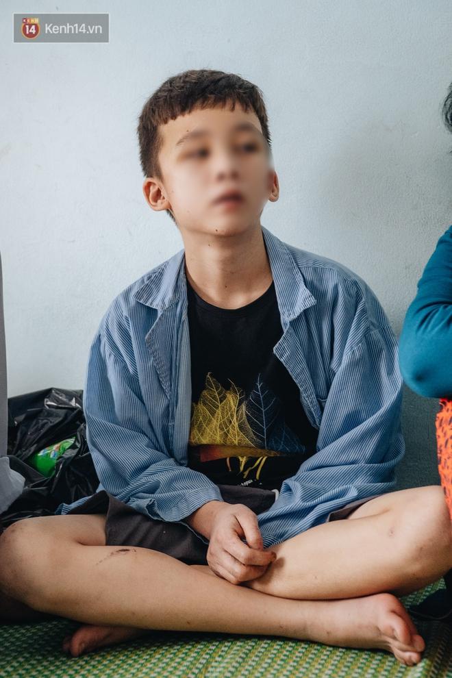Người thân xót xa khi gặp lại cậu bé 15 tuổi bị chủ quán bánh xèo bạo hành, hy vọng cháu sớm về quê tiếp tục việc học - ảnh 4