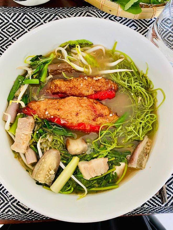 """Thu Minh """"đi tour"""" biệt thự cổ 80 tuổi của Bằng Lăng ở Singapore, bất ngờ hơn là loạt món như nhà hàng chính chủ tự nấu - ảnh 4"""