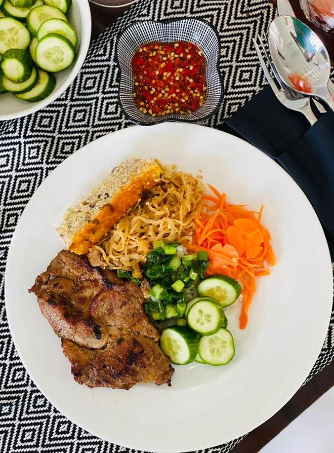 """Thu Minh """"đi tour"""" biệt thự cổ 80 tuổi của Bằng Lăng ở Singapore, bất ngờ hơn là loạt món như nhà hàng chính chủ tự nấu - ảnh 2"""