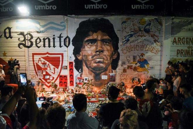 Hàng vạn người Argentina nối đuôi nhau cả cây số để vào viếng Maradona: Số người tiễn đưa Cậu bé vàng ước tính lên tới cả triệu - ảnh 2