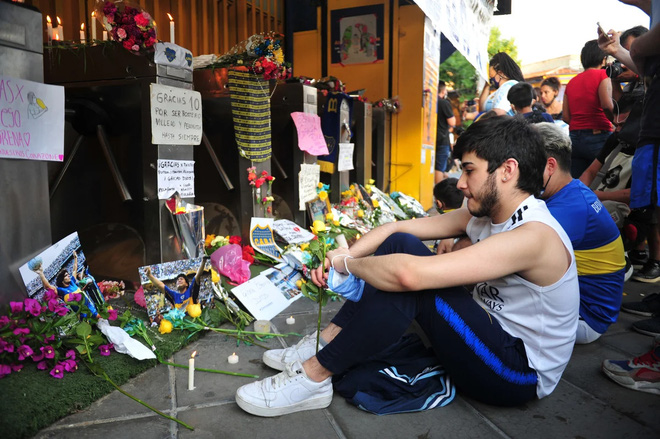 Hàng vạn người Argentina nối đuôi nhau cả cây số để vào viếng Maradona: Số người tiễn đưa Cậu bé vàng ước tính lên tới cả triệu - ảnh 3