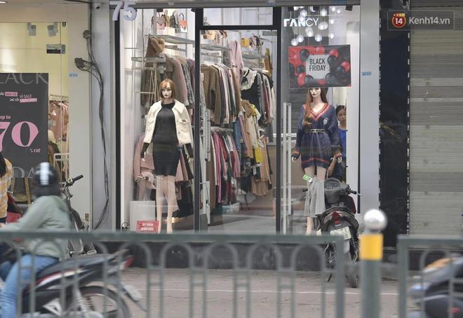 Ảnh: Phố mua sắm ở Hà Nội vắng như chùa Bà Đanh dù vào giờ nghỉ trưa ngày Black Friday - ảnh 4