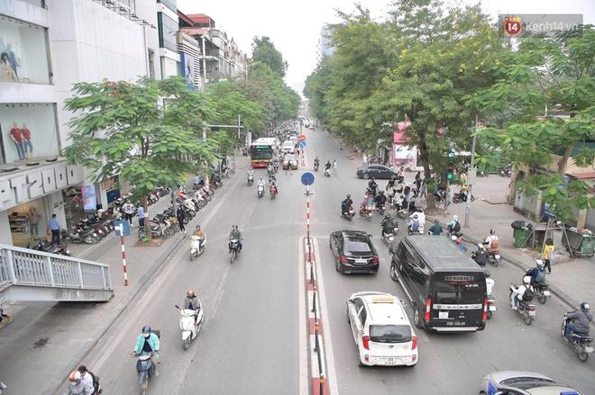 Ảnh: Phố mua sắm ở Hà Nội vắng như chùa Bà Đanh dù vào giờ nghỉ trưa ngày Black Friday - ảnh 2