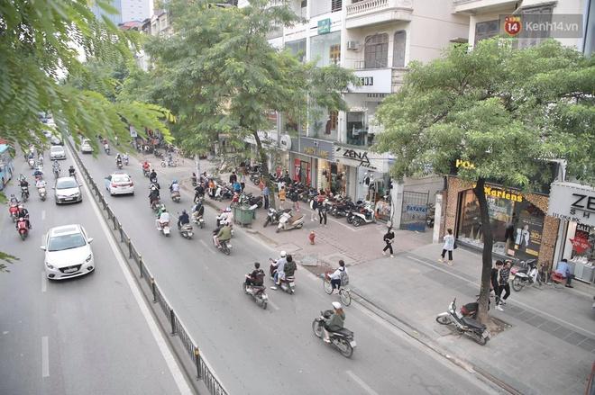 Ảnh: Phố mua sắm ở Hà Nội vắng như chùa Bà Đanh dù vào giờ nghỉ trưa ngày Black Friday - ảnh 1