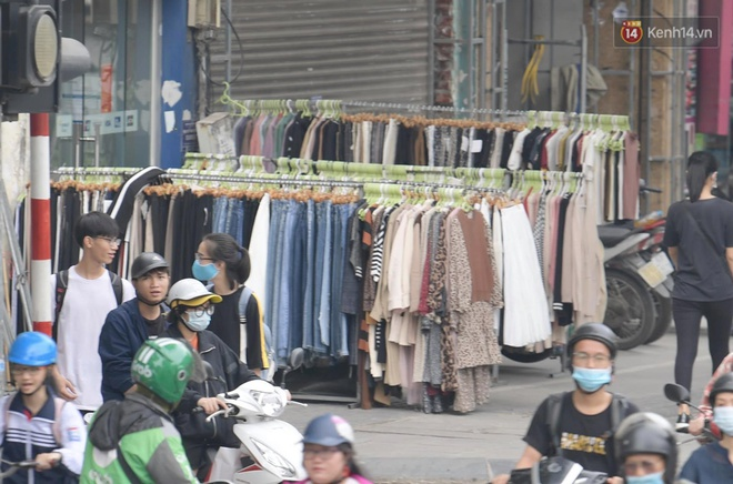 Ảnh: Phố mua sắm ở Hà Nội vắng như chùa Bà Đanh dù vào giờ nghỉ trưa ngày Black Friday - ảnh 10