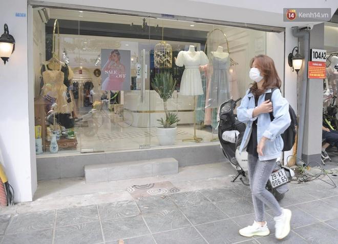 Ảnh: Phố mua sắm ở Hà Nội vắng như chùa Bà Đanh dù vào giờ nghỉ trưa ngày Black Friday - ảnh 17