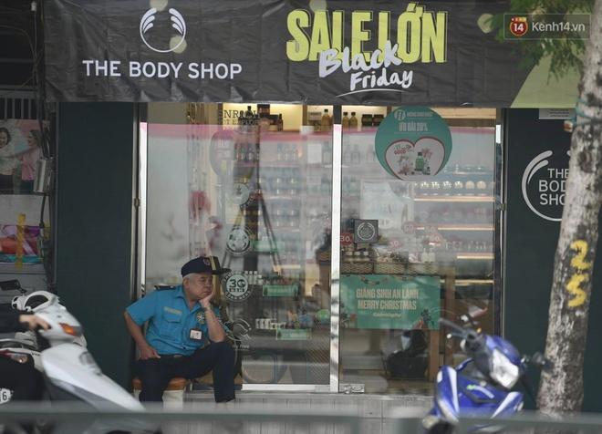 Ảnh: Phố mua sắm ở Hà Nội vắng như chùa Bà Đanh dù vào giờ nghỉ trưa ngày Black Friday - ảnh 11