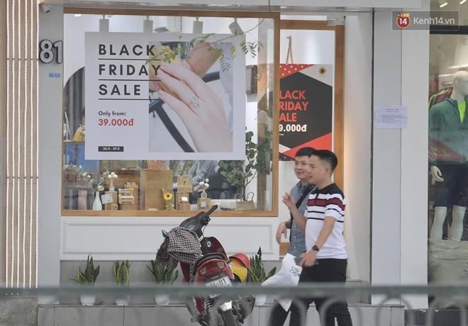 Ảnh: Phố mua sắm ở Hà Nội vắng như chùa Bà Đanh dù vào giờ nghỉ trưa ngày Black Friday - ảnh 6