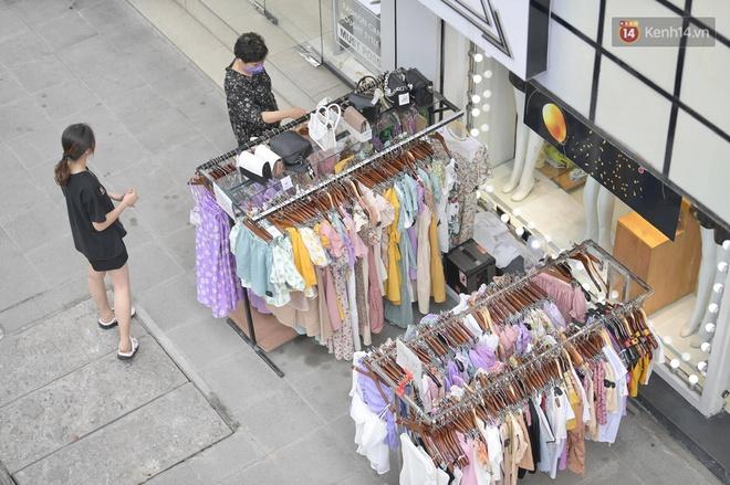 Ảnh: Phố mua sắm ở Hà Nội vắng như chùa Bà Đanh dù vào giờ nghỉ trưa ngày Black Friday - ảnh 7