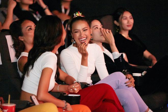 9 thí sinh Hoa hậu, Á hậu hoá SNSD trong buổi công chiếu show thực tế Vietnam Why Not - ảnh 7