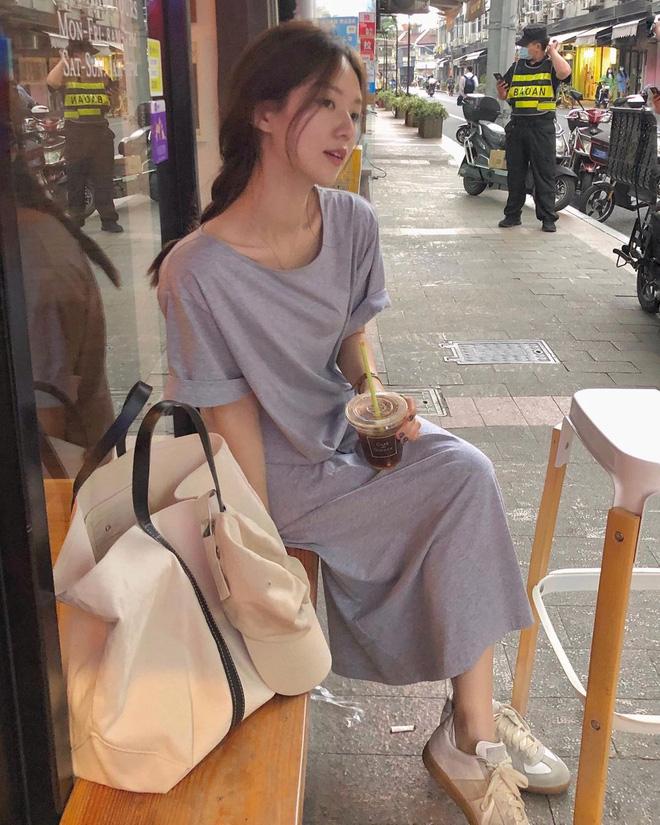 4 kiểu váy oversized mặc siêu xinh, giấu dáng cực khéo nên đang được hội gái Hàn chăm chỉ lăng xê - ảnh 11