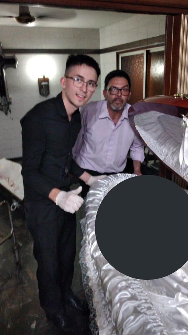 Nhân viên tang lễ gây phẫn nộ vì chụp ảnh đặt tay lên thi hài Maradona: Luật sư của Cậu bé vàng đăng hình tố cáo trên mạng, thề bắt những kẻ vô lại phải trả giá trước pháp luật - ảnh 2