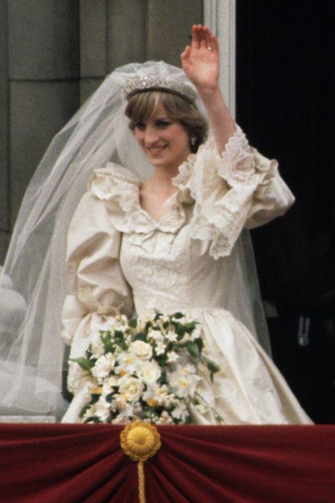 princess diana wedding dress waving 1519605219 16064718506841105327513