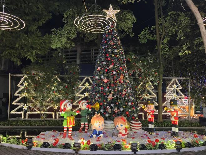 Trường con nhà giàu ĐH Thăng Long lại trang trí Giáng sinh đẹp mê hồn, đố trường nào làm lại - ảnh 1