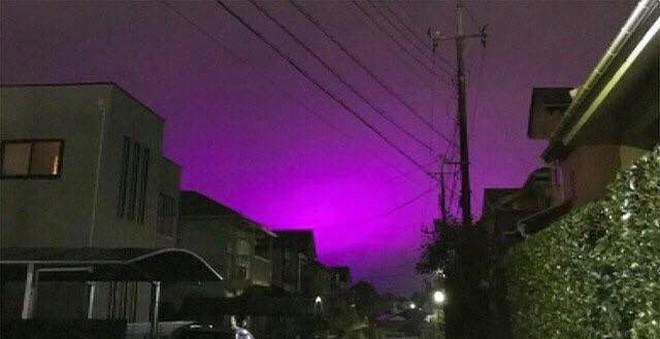 Nhật Bản: Bầu trời bỗng chuyển màu tím như phim kinh dị khiến nhiều người hoang mang, nhưng khi biết nguyên nhân ai nấy đều ngã ngửa - ảnh 2