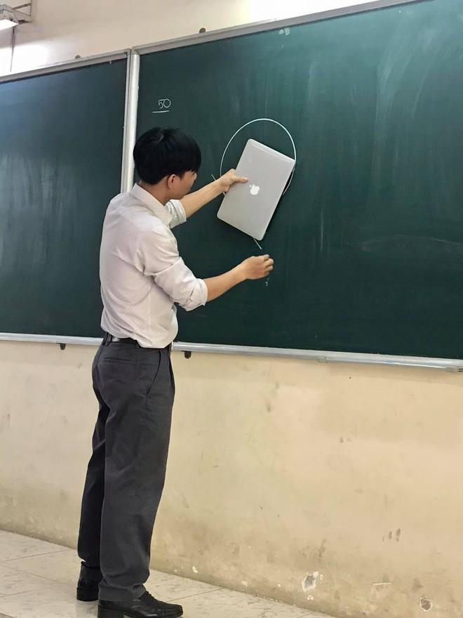 Thầy giáo nghèo quá không có tiền mua thước, đành lấy Macbook ra kẻ tạm - ảnh 1
