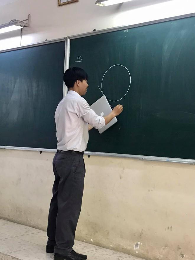 Thầy giáo nghèo quá không có tiền mua thước, đành lấy Macbook ra kẻ tạm - ảnh 2
