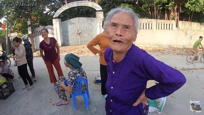 Bà hàng xóm ngóng Đỗ Thị Hà về làng từng ngày, vui quá nhầm một phát từ Hoa Hậu Việt Nam sang... nhất thế giới - ảnh 2