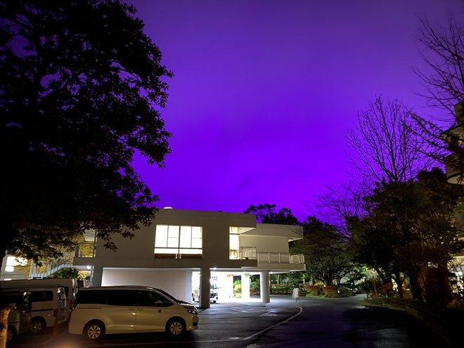 Nhật Bản: Bầu trời bỗng chuyển màu tím như phim kinh dị khiến nhiều người hoang mang, nhưng khi biết nguyên nhân ai nấy đều ngã ngửa - ảnh 1