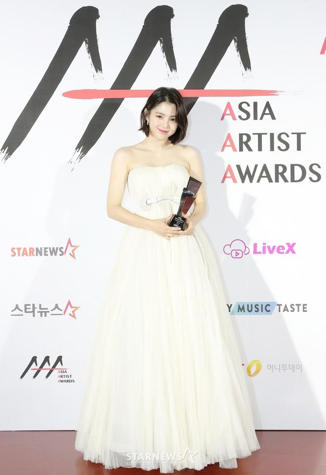 Siêu thảm đỏ AAA 2020: Seo Ye Ji - Kim Soo Hyun visual cực phẩm, tiểu tam Han So Hee xinh như công chúa, dàn idol bùng nổ nhan sắc - ảnh 3