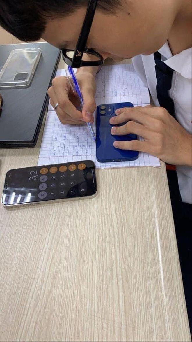 Thầy giáo nghèo quá không có tiền mua thước, đành lấy Macbook ra kẻ tạm - ảnh 3