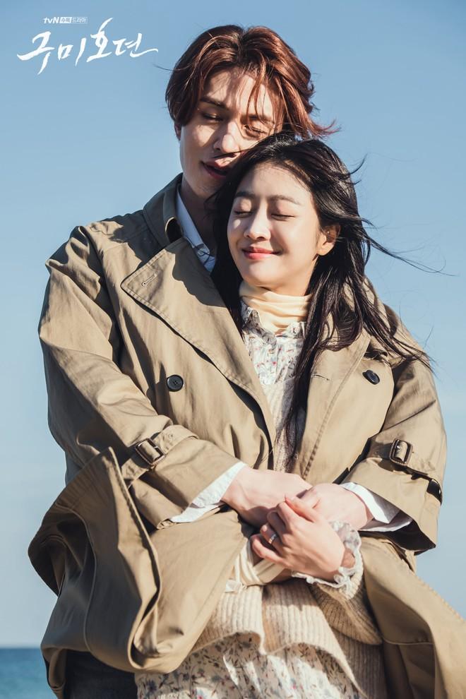 Lee Dong Wook - Jo Bo Ah bị gió thổi sấp mặt, sóng đánh tơi tả khi quay cảnh tình tứ trên bãi biển - ảnh 3
