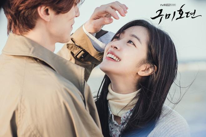 Lee Dong Wook - Jo Bo Ah bị gió thổi sấp mặt, sóng đánh tơi tả khi quay cảnh tình tứ trên bãi biển - ảnh 2