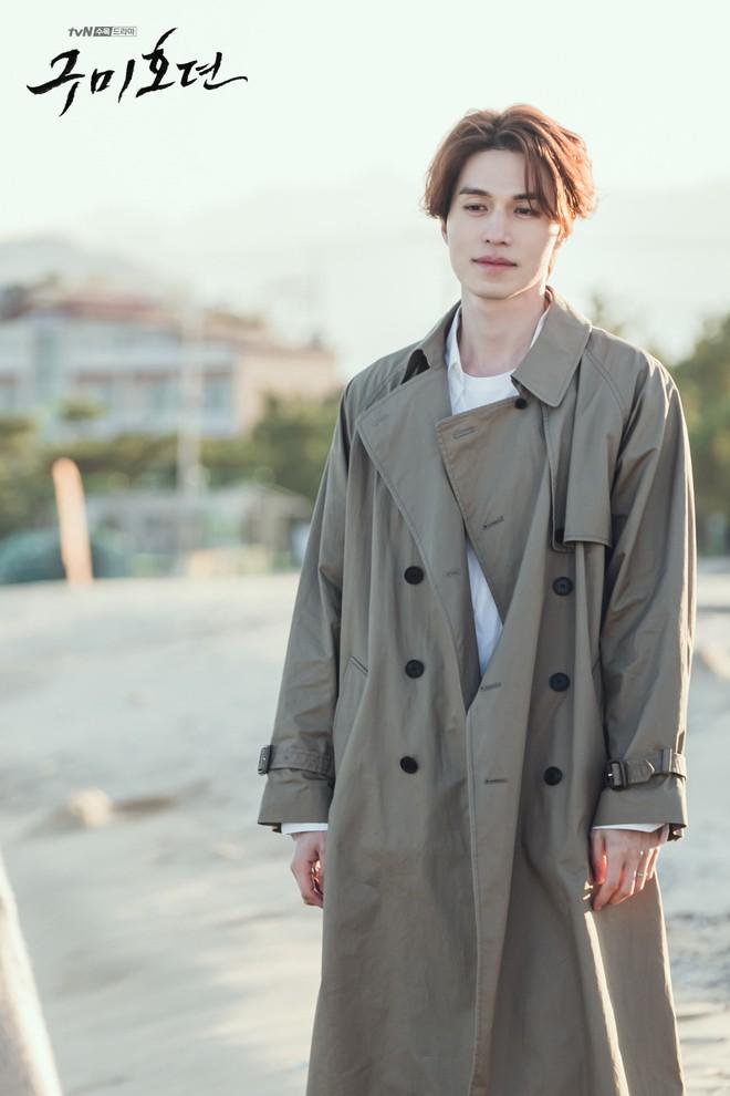 Lee Dong Wook - Jo Bo Ah bị gió thổi sấp mặt, sóng đánh tơi tả khi quay cảnh tình tứ trên bãi biển - ảnh 4