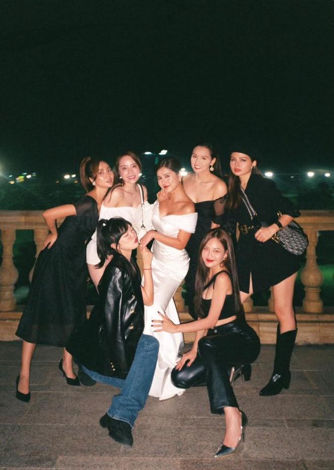 MC Thu Hoài tung trọn bộ ảnh trong tiệc mời cưới: Cô dâu đầy gợi cảm, ai dè Lã Thanh Huyền - Quỳnh Nga nóng bỏng chiếm spotlight - ảnh 1
