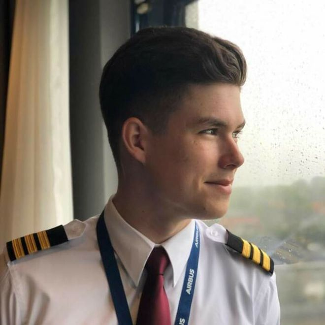 Dân mạng phát sốt vì anh phi công đẹp trai phải chuyển qua làm shipper: Vậy mới thấy 2020 là một năm toang như thế nào - ảnh 1