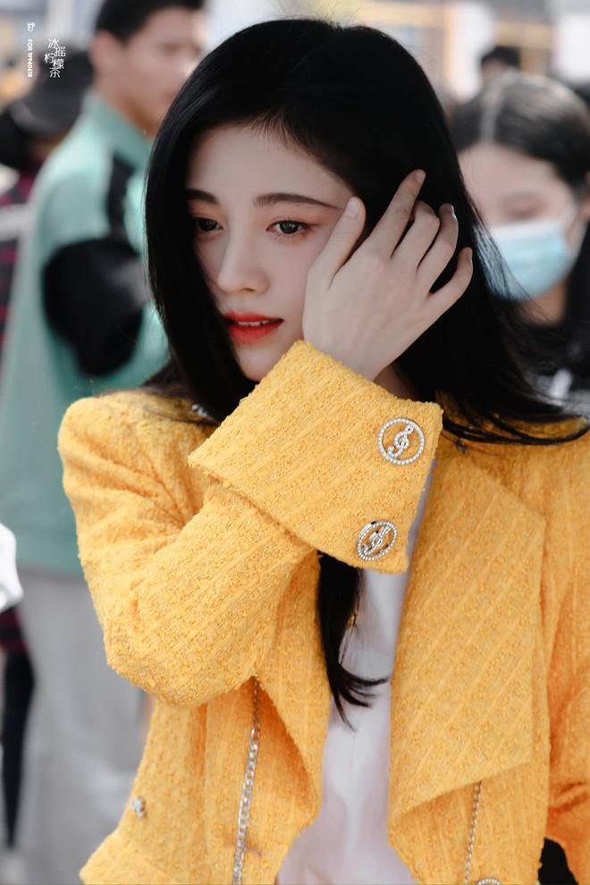 Cúc Tịnh Y diện cây vàng chóe lệch tông cả đoàn ở lễ khai máy như sợ không ai biết chị là nữ chính - ảnh 6