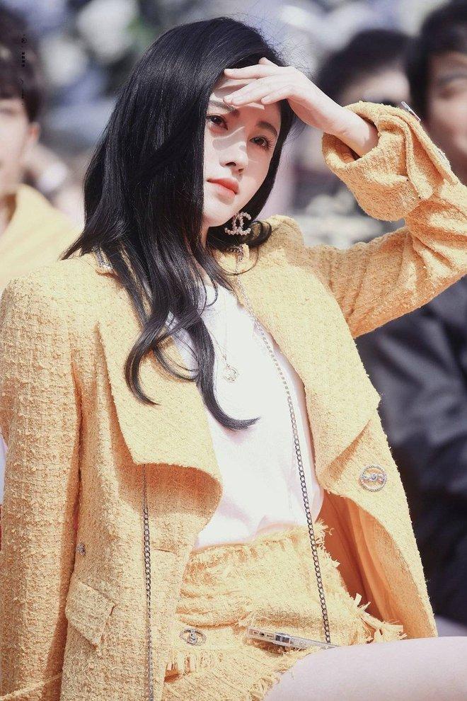 Cúc Tịnh Y diện cây vàng chóe lệch tông cả đoàn ở lễ khai máy như sợ không ai biết chị là nữ chính - ảnh 9