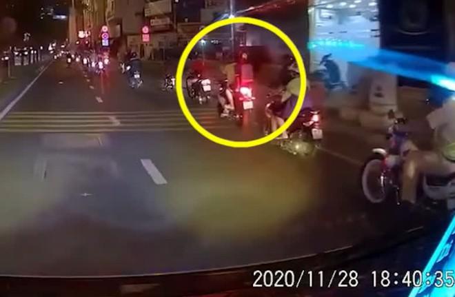Người cha rồ ga phóng xe khiến con trai ngã văng xuống đất, cảnh tượng sau đó khiến ai cũng thót tim - ảnh 1