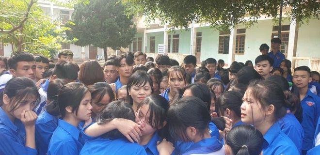 Cả ngàn thầy cô và học sinh ở Nghệ An ôm nhau bật khóc ngay giữa sân trường - Ảnh 1.