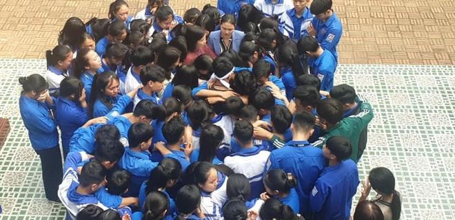 Cả ngàn thầy cô và học sinh ở Nghệ An ôm nhau bật khóc ngay giữa sân trường - Ảnh 2.