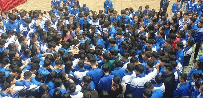 Cả ngàn thầy cô và học sinh ở Nghệ An ôm nhau bật khóc ngay giữa sân trường - Ảnh 4.