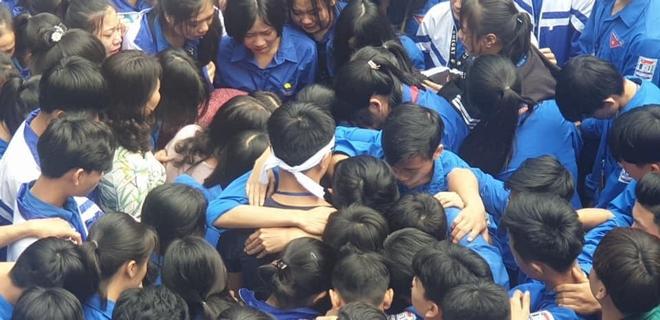 Cả ngàn thầy cô và học sinh ở Nghệ An ôm nhau bật khóc ngay giữa sân trường - Ảnh 6.