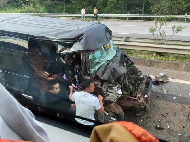 Phú Thọ: Xe khách 16 chỗ va chạm kinh hoàng với xe đầu kéo, 8 người nhập viện cấp cứu - ảnh 1