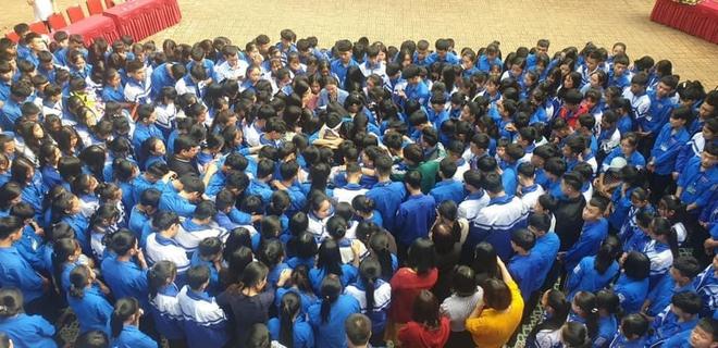 Cả ngàn thầy cô và học sinh ở Nghệ An ôm nhau bật khóc ngay giữa sân trường - Ảnh 5.