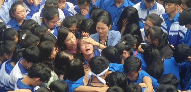 Cả ngàn thầy cô và học sinh ở Nghệ An ôm nhau bật khóc ngay giữa sân trường - Ảnh 3.
