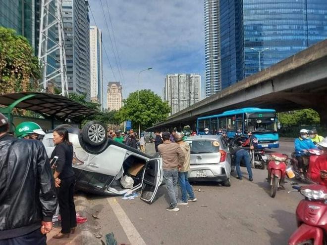 Hà Nội: Sau khi gây tai nạn liên hoàn khiến 3 người bị thương, xế hộp phơi bụng trên đường - ảnh 1
