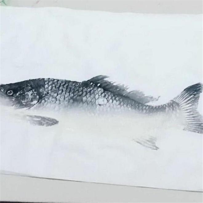 Cô giao bài tập vẽ cá, ông nội ra chợ mua cá thật về tưởng cho cháu xem mẫu, ai ngờ lại làm điều ai xem cũng cạn lời - Ảnh 2.