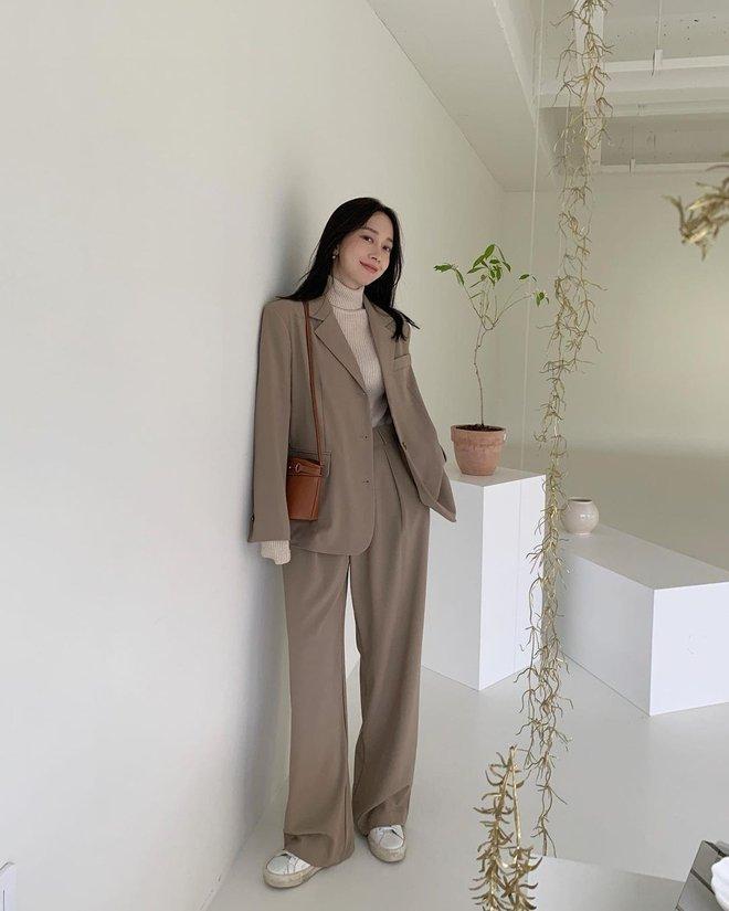5 mẫu áo quá hợp để diện cùng blazer, bạn cần biết hết để không bao giờ thất bại trong chuyện mặc đẹp - ảnh 17